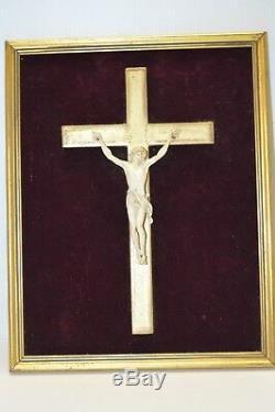 CADRE CHRIST XIXe OS de Vache France sur CROIX BOIS Doré sur Velours rouge Jésus