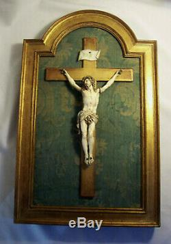 CRUCIFIX encadré XVIIème XVIIIème CHRIST sculpté CADRE et CROIX bois doré