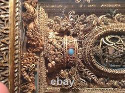 Cadre reliquaire paperolles dore XVIIeme avec son cadre en bois sculpte