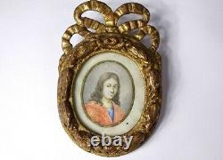 Miniature ovale portrait jeune homme cadre bois sculpté doré noeud XVIIIè